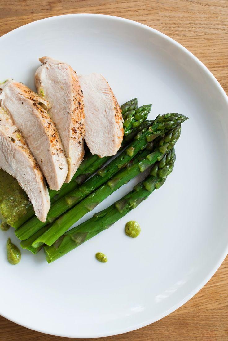 Kuchnia Nastrojowa: pierś z kurczaka na szparagach z pistacjowym pesto