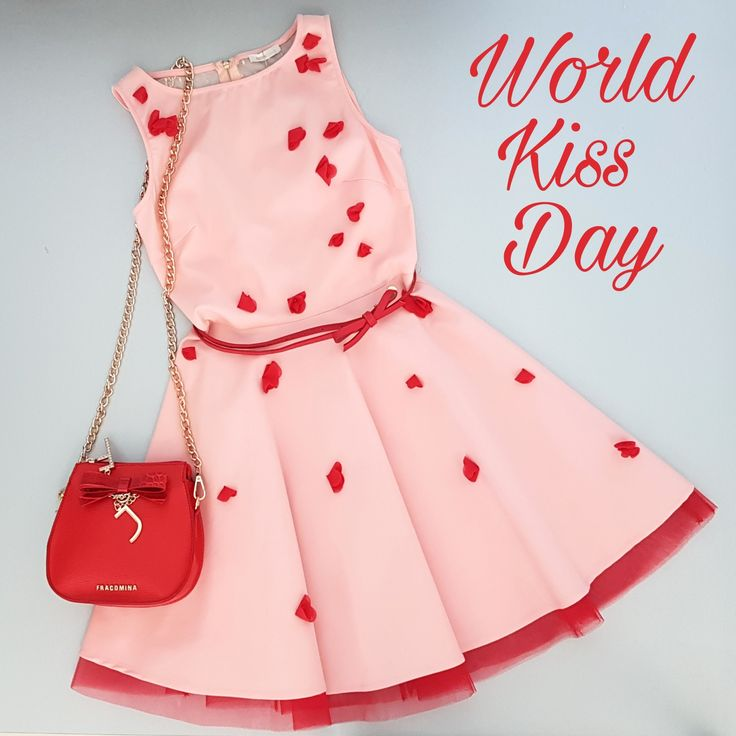 6 luglio: giornata mondiale del #bacio Happy #Kiss Day!  . . Abito e tracollina: fracomina  #leaeflo #kissday #internationalkissingday #giornatamondialedelbacio #bag#fashion #style #stylish #love #InstaTags4Likes #cute #photooftheday #beautiful #instagood #instafashion #pretty #girly #pink #girl #girls #dress #styles #outfit #purse #shopping #ootd #outfitoftheday