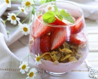 Yaourt 0% aux fraises et cornflakes natures pour petit-déjeuner à moins de 200 calories : http://www.fourchette-et-bikini.fr/recettes/recettes-minceur/yaourt-0-aux-fraises-et-cornflakes-natures-pour-petit-dejeuner-moins-de