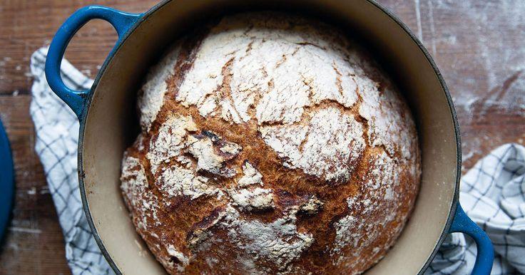 Att baka bröd i gryta ger ett saftigare bröd som dessutom blirvackert runt. /Maria