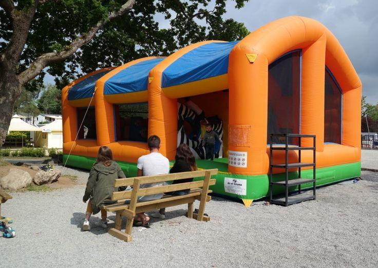 Des jeux gonflables pour les enfants au camping Domaine de Bréhadour