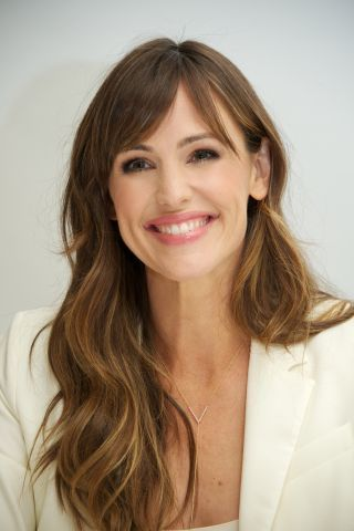 Long hairstyle with bangs that we LOVE! Jennifer Garner, winning at life. Natural waves and piece-y layers complete this attainable fringed look.
