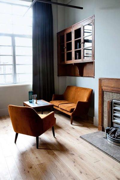 Il salottino di una delle 98 stanze, tutte diverse fra loro e quasi sempre dotate di cucina. Curiosità: il camino art-déco è stato ricoperto da una versione posticcia negli anni '50. I mobili sono vintage oppure scandinavi, il parquet originale è di quercia.
