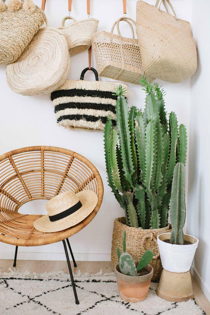 Ibiza urban jungle zithoek met rotan stoel, rieten tassen en cactus collectie. (Met een DIY voor dit tassenrek van hout en leer!) // via A Pair and a Spare
