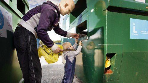 Si todos arrimamos el hombro reciclando crearemos miles de puestos de trabajo para los europeos. http://www.generacionnatura.org/noticias-positivas/medio-ambiente/854-reciclaje-competente-creara-miles-empleos.html