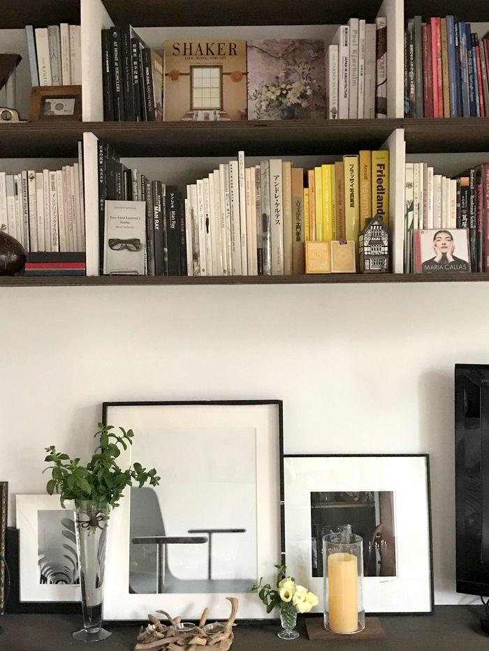 写真集やインテリア本 アート関係の本だけを集めた作り付けの棚をご紹介します インテリア インテリア 本 リビング モダン