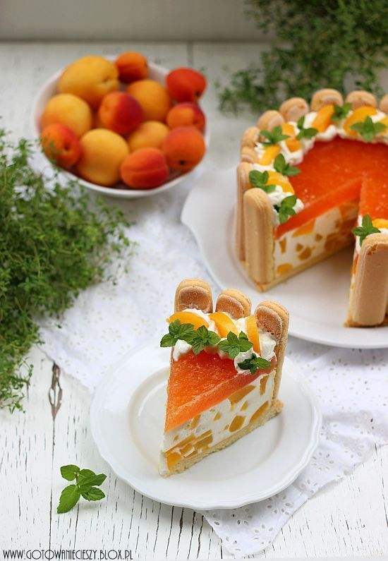 Peach cake: the presentation and appearance of this cake is one of the most beautiful displays of food I've ever seen! Full English version of the recipe is on the bottom of the page.