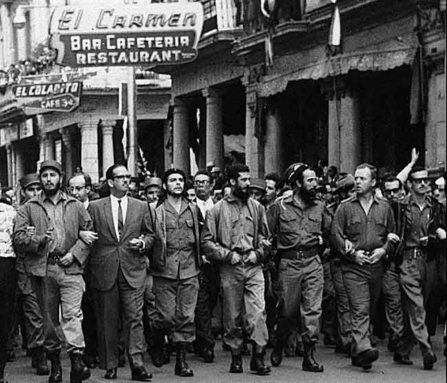 EL TRIUNFO DE LA REVOLUCIÓN. El 1 de enero de 1959, Batista no aguanta la presión y huye del país. Siete días más tarde, el Che junto a Camilo Cienfuegos y Castro hace su entrada triunfal en La Habana.