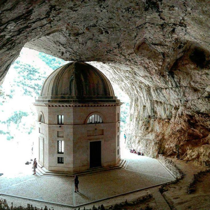 Il tempio nella grotta #tempio #temple #grotta #cave #architecture #architecture #genga #marche #italia #italy #whatitalyis #travelling #travel #traveller #latergram #visititaly #igers #igersitalia #igersitaly #igersbergamo #ig_italia #ig_italy #ig_marche