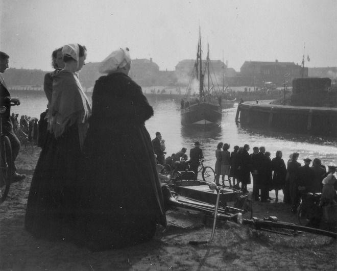 Toeschouwers bij het uitvaren van de vissersvloot, o.a. de SCH 95, bij de doorgang van de 1e Vissershaven naar de Voorhaven. ca 1940 Willem Wissink #ZuidHolland #Scheveningen