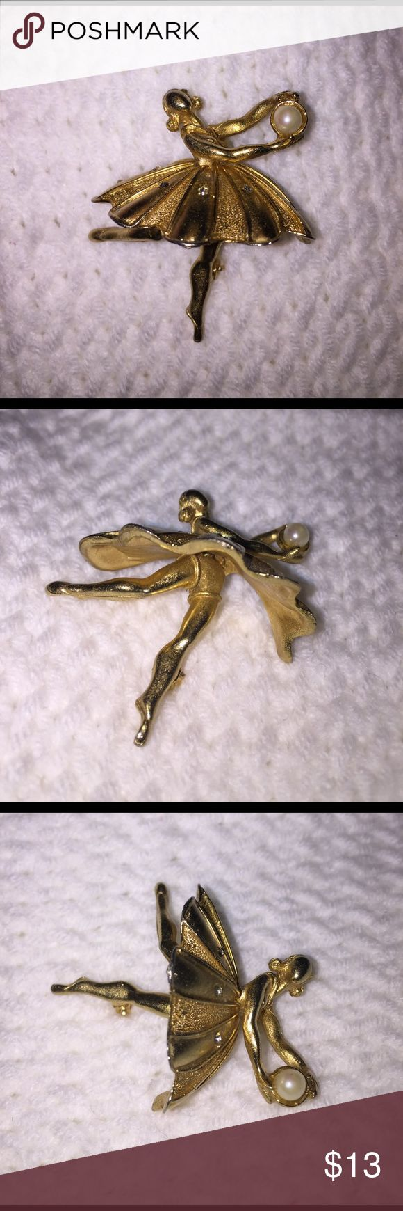 """VTG 3D Ballerina Gold Pin Brooch Rhinestones Pearl A beautiful vintage ballerina pin brooch - style is similar to Trifari pieces of same era. Very well made, like a small figurine on a pin back. Graceful arms hold a faux pearl, legs are extended and skirt - accented with clear crystal rhinestones - flairs out from legs! All elegance and grace! Size: 1 5/8"""" x 1 3/8"""". Mark: Unbranded. Item in excellent pre-owned, used vintage condition. Please view all photos - these are part of the…"""
