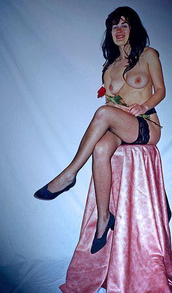 Jeune Femme avec une rose rouge