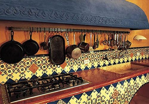 Cada cocina tiene su rincón especial, seguro la tuya lo tiene,  como esta de tipo tradicional con una hermosa sección de utensilios.