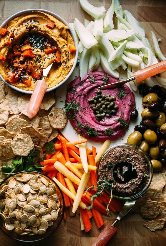 """Eine Auswahl köstlicher veganer Aufstriche für Partys. Cashew """"Käse"""" mit Rüben …   – Healthy Appetizers"""