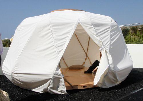 Nomad Yurt de Ecoshack - Ecoshack se ha inspirado en la yurta, evitando esta dificultad: la Yurta Nomad (diseñada y producida en 2007) cuenta con una ligera estructura de bambú que se despliega en forma de acordeón, que se recubre sin esfuerzo con una lona textil impermeable.