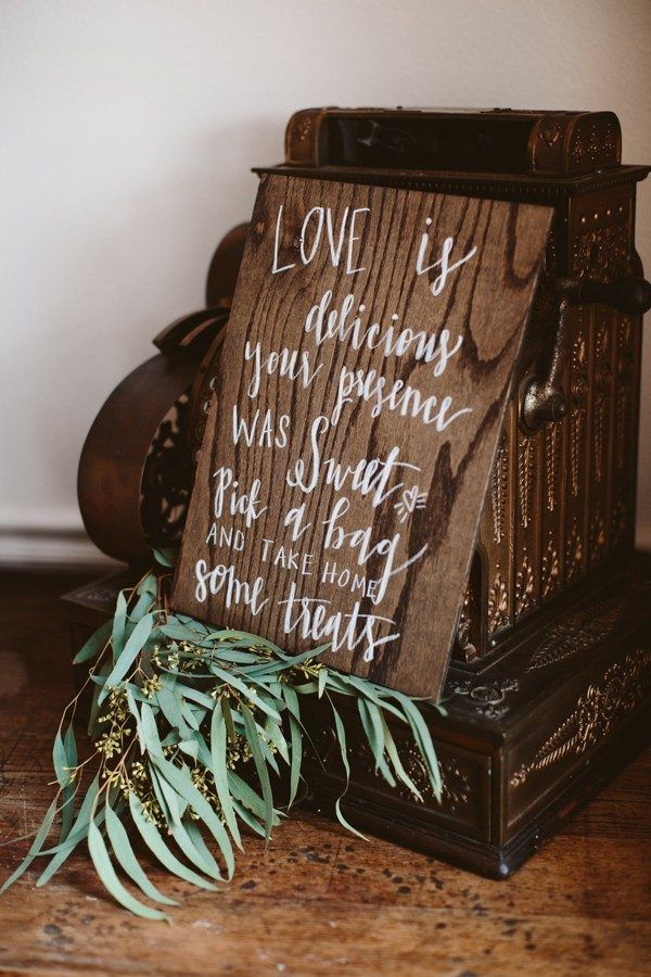 Positively charming earthy wedding decor | Image by Allison Harp