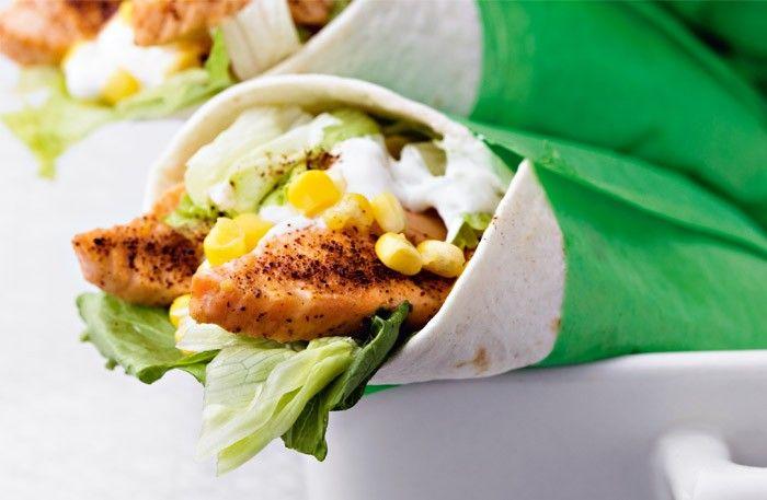 Recept på chilistekt lax med het yoghurt i tortillabröd – salmón con maíz. Krydda laxen med chilipeppar för extra hetta före servering.