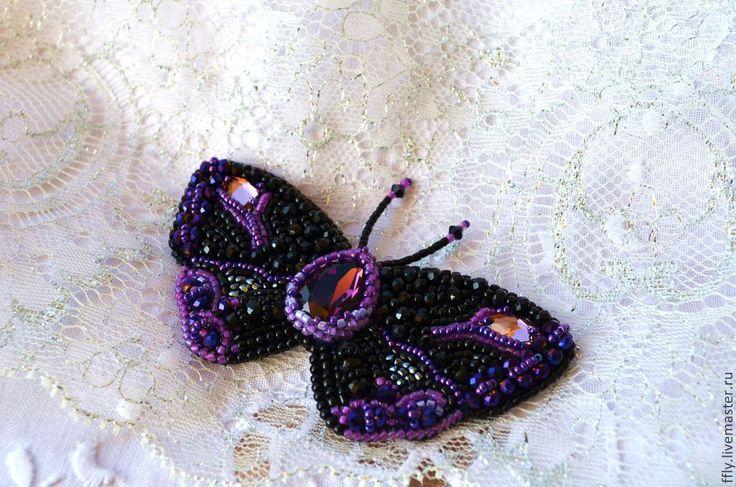 Купить или заказать Брошь бабочка  ' Эвелин' в интернет-магазине на Ярмарке Мастеров. Эвелин-очень нарядная бабочка в чёрно-розовых тонах. В центре красуется красивый, крупный кристалл-капля Сваровски, цвета 'Аметист', в тон ему подобраны маленькие пришивные сваровски Navette, граненные бусины и мелкий японский бисер. Также в вышивке использован богемский бисер, японская делика и тохо. Обратная сторона выполнена из натуральной кожи. Бабочка строгая, но в то-же время роскошная, множество…