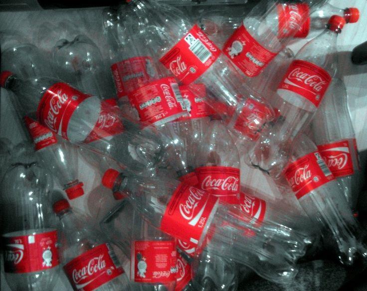 Coca Cola slaagt er niet in om de milieuschade te beperken, doordat het bedrijf meer dan 100 miljard niet recyclebare plastic flessen produceert. Deze analyse werd vrijgegeven doorGreenpea