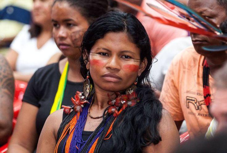"""6   ELIANE BRUM (03.04.2017)   Ao fazerem o parto da aldeia lado a lado com os homens, as mulheres conquistaram um novo lugar simbólico. """"Aqui nesta aldeia a gente já teve o empoderamento das mulheres"""", diz Bel Juruna, que ao participar de encontros de mulheres no Brasil e na América Latina para debater a Amazônia, adotou jargões do feminismo. Pergunto a ela se busca inspiração em alguma mulher que admira, ela responde: """"Me inspiro em mim mesma, na minha própria vida""""."""