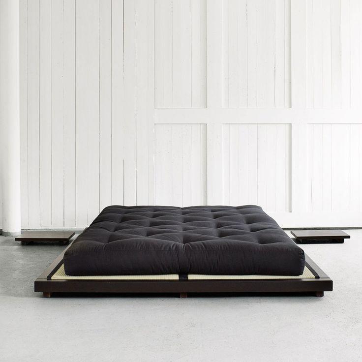 Particolare letto matrimoniale dalle linee geometriche minimal, è stato concepito da Karup.Il solido legno d'abete norvegese e un comodissimo materasso futon ne definiscono lo stile minimale.