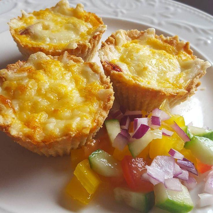 Mini ost och skinkpajer  super enkelt! Pajdeg: 3 dl mandelmjöl 05 dl skalade sesamfrön 40 gram smör 1 msk fiberhusk Mixa mandelmjöl och sesamfröna. Tillsätt resten av ingredienserna till en deg. Använd en fast muffinsplåt och lägg däri en silikon form så inte degen fastnar. Nagga degen och kyl i ca 30 min. Förgrädda sen på 175 grader i ca 8 min eller tills degen får färg. Innehåll: 3 dl riven ost Skuren skinka Äggstanning: 3 ägg 2 dl grädde Lite paprikakrydda Fyll med det innehåll du vill…