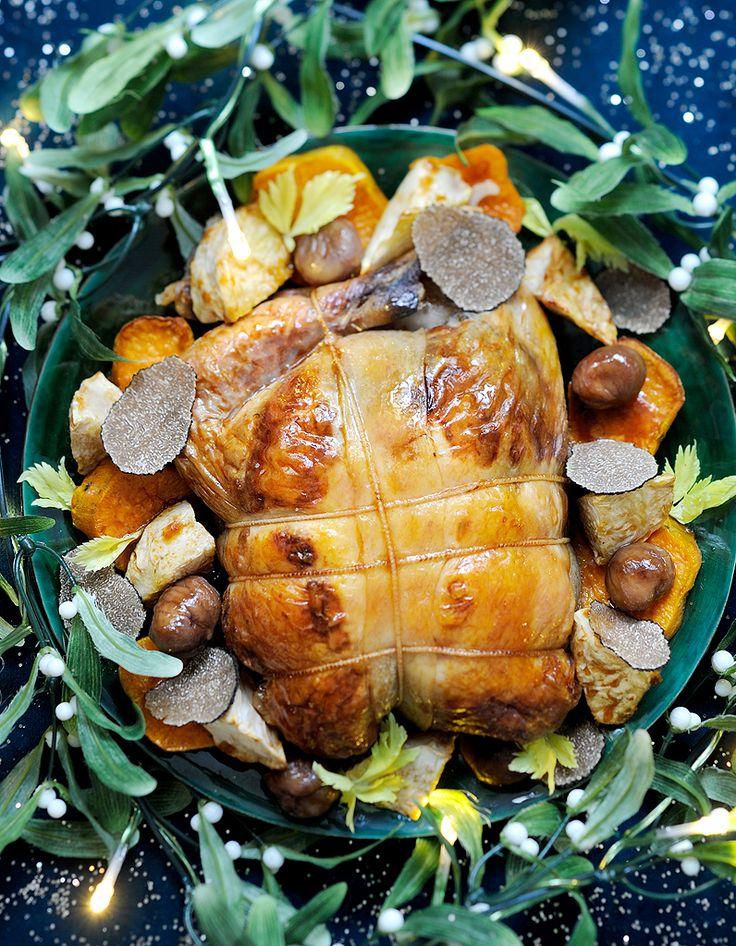Recette Pintade farcie et légumes truffés : Coupez 1 gros céleri-rave et 3 patates douces en gros cubes. Répartissez-les sur une plaque de cuisson, nappez de 2 c. à soupe d'huile d'olive et parsemez de fleur de sel et de poivre du moulin. Retournez-les et glissez 1 h au four préchauffé à...