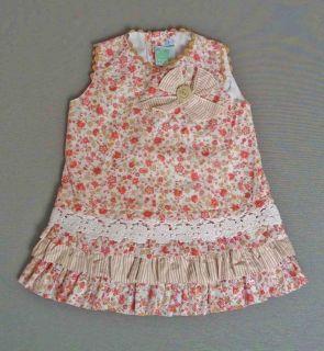 Vestido de volantes de flores en tonos rosa y beige con puntillas