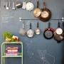 Muur van schoolbordverf met een verzameling van je mooiste kookboeken.