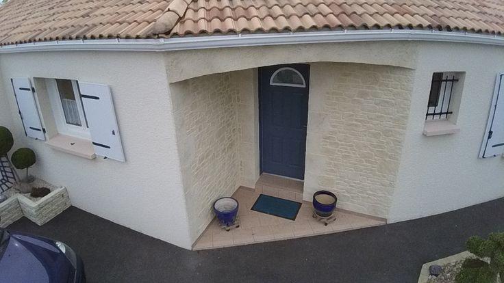 Vendée (85), valorisation d'une entrée de pavillon. imipierre, spécialiste GRAND OUEST de l'enduit projeté finition pierre (garantie décennale). Hydrofuge.
