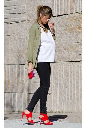 Red heels to dress up your day look #maternitystyle #stylishpregnancy