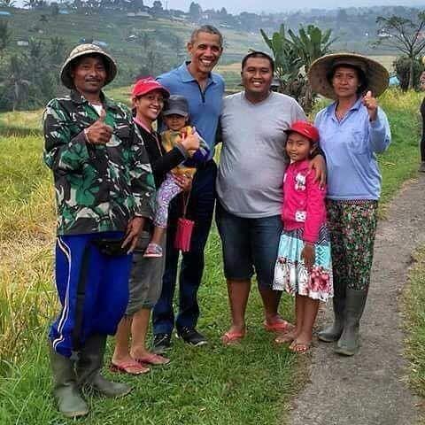 """Mr. Barack Obama with our farmers - Info Jatiluwih (@infojatiluwih) on Instagram Former US President at the famed rice terraces of Jatiluwih, Tabanan, Bali, Indonesia. June 2017"