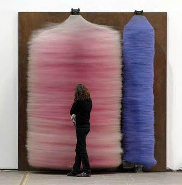 Lara Favaretto, artiste italien conceptuel, installations de brosse de lavage de voiture, les fans de confettis soufflant, des réservoirs d'oxygène qui soufflent cotillons