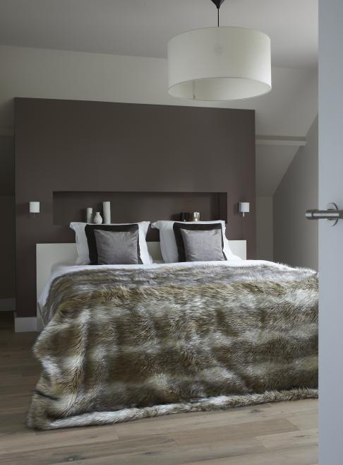 slaapkamer met nis achter bed