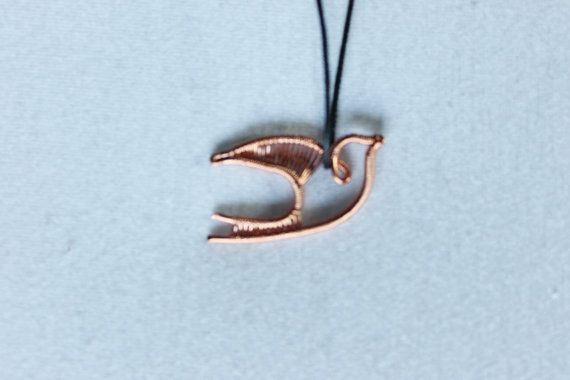Deze wire wrapped zwaluw hanger is handgemaakt van koper draad. Dit vliegende zwaluw hangt mooi aan een waxkoord ketting, die gesloten wordt met een koperen haakje. Deze ketting staat prachtig met een bohemian/gypsy outfit. Deze unieke cutie is een echte eyecatcher! --Production time-- Deze zwaluw wordt handgemaakt in 1-4 dagen --Custom order-- Een andere kleur kralen of draad? Stuur een berichtje met je idee. Bedankt voor je interesse