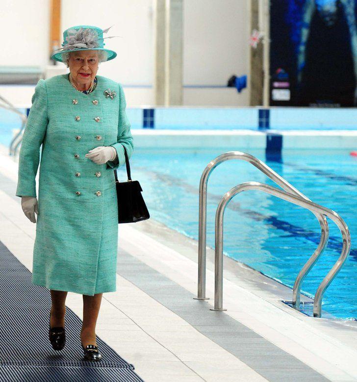 Pin for Later: Les Moments les Plus – et les Moins – Royaux de la Reine Elizabeth II Moment Moins Royal: Quand Elle Va à la Piscine