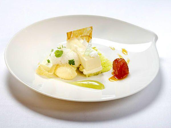 """Äppelbavaroise med Calvados,  Sorbet och äppelterinne , Vit choklad- och färskost""""queneller"""" , Varma karamelläpplen och äppelpuré"""