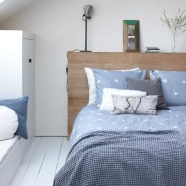Met haar leuke plusjes dessin en fraaie kleur is Walra dekbedovertrek 'Jente' een verrijking voor iedere slaapkamer. Verkrijgbaar in zand en jeansblauw (taupe/blauw) met witte print. Dit 100% katoenen dekbedovertrek is goed te combineren en past dus in diverse slaapkamerstijlen. Lekker mixen en matchen met kussens en plaids geeft een leuk effect. Het dekbedovertrek is voorzien van een ruime dubbele instopstrook van 20 cm over de gehele breedte. De bijpassende slopen hebben een afmeting van…