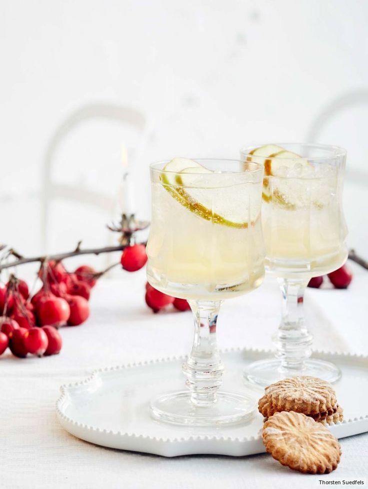Einen besonders fruchtigen Fizz-Vertreter gibt's zum Auftakt (für Kinder bitte ohne Gin). Die leicht scharfen Cracker mit Fenchel und Koriander knuspern sich fein dazu.