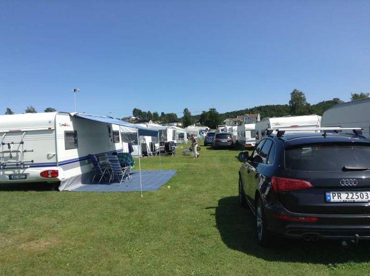 Stort område med romslige oppstillingsplasser for campingvogn, bobil og telt - med eller uten strøm. Moderne sanitæranlegg, badestrand og lekeplass.