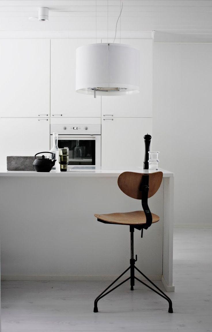 NETTANATALIAS white modern kitchen with an industrial chair