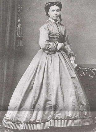 Alexandra Theodora Frosterus-Såltinin isä, kirkkoherra Benjamin Frosterus kehitti merkittävästi Vaasan ja Mustasaaren lasten koulunkäyntimahdollisuuksia ja suhtautui ymmärtäväisesti myös tyttärensä opiskelupyrkimyksiin.Tytär sai jo 14-vuotiaana lähteä Turun piirustuskouluun,missä hän R. W. Ekmanin yksityisoppilaana oli koulun johtajan erityisessä suojeluksessa.