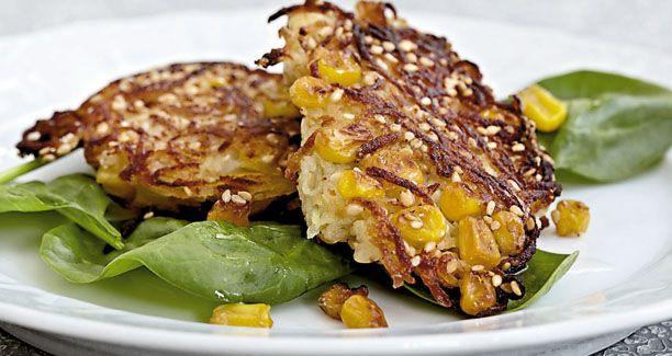 Opskrift: Skal frikadellen være sød og knasende i munden - så server kartoffel-majsfrikadellen til aftensmaden