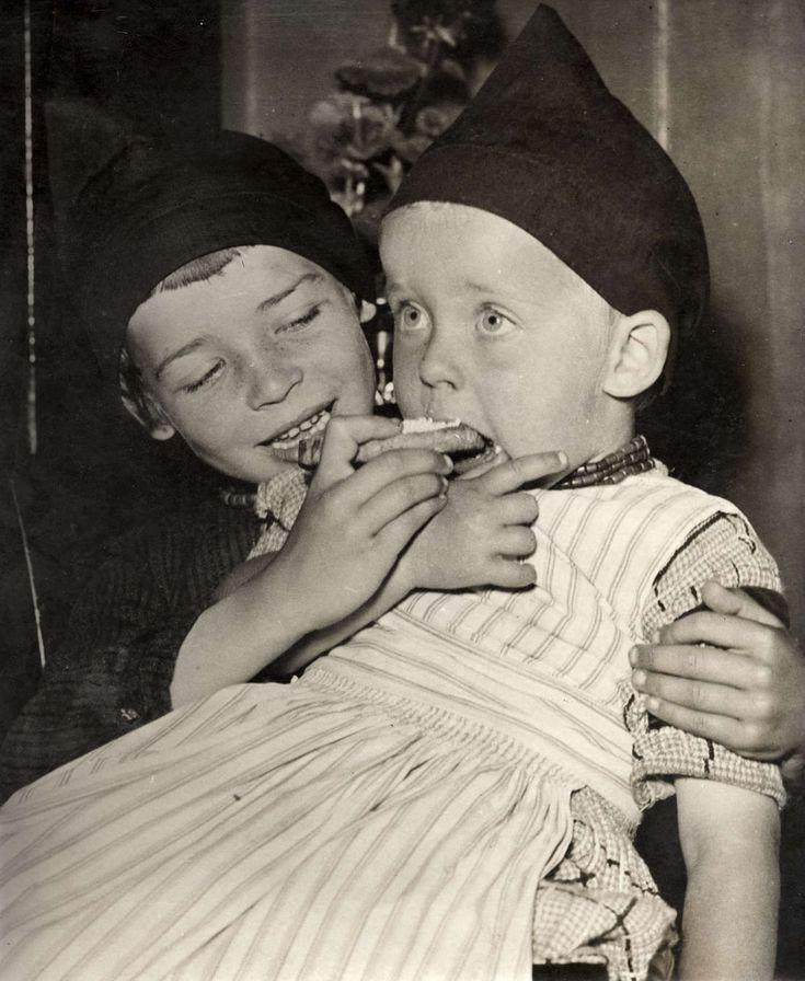 Vorstenhuizen. Het koningshuis van Nederland. Kinderen in Volendams kostuum eten beschuit met muisjes bij de geboorte van prinses Irene. 1939 #NoordHolland #Volendam