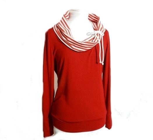 * Wandelbares Jersey Drape´Kragen-Shirt in flottem Matrosen-Stil.    Großer,variabler Kragen gefüttert mit Rot/Weiß gestreiftem Jersey.    Mit dem ein