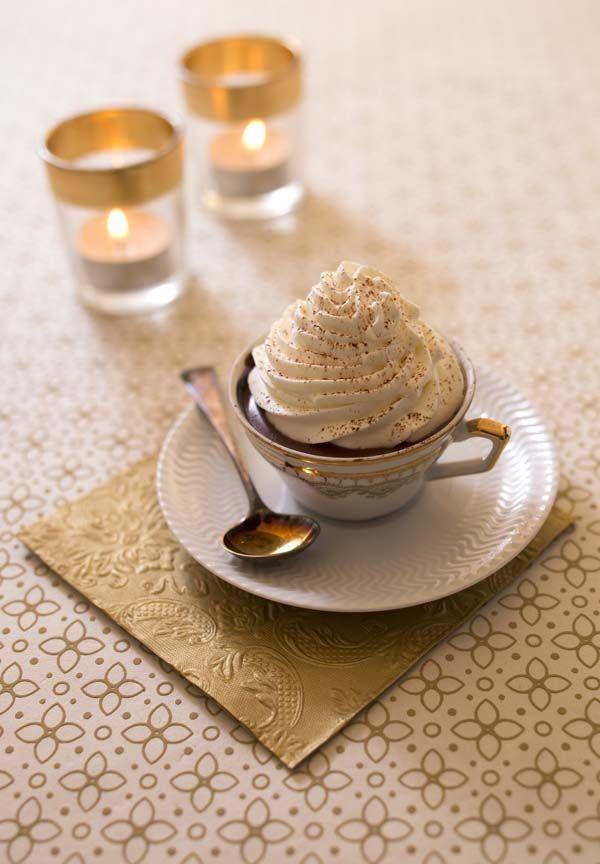 Le chocolat chaud viennois est une recette génialissisme : une boisson cacaotée avec une chantilly fondante. Une recette à faire maison mais sans compter les calories !