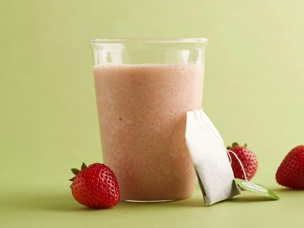 Сочетание сладкой клубники, острого лайма, мяты и зеленого чая делает этот смузи сбалансированным и освежающим. Он богат витамином C и антиоксидантами, а если вы держите кубики льда зеленого чая в морозилке, вы можете сделать его мгновенно!