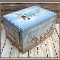 Χειροποίητο ξύλινο βαπτιστικό κουτί με θέμα το αεροπλάνο εποχής. Στο εμπρόσθιο τμήμα υπάρχει κρεμασμένο το όνομα του παιδιού σας.  Διαστάσεις 48 Χ 3