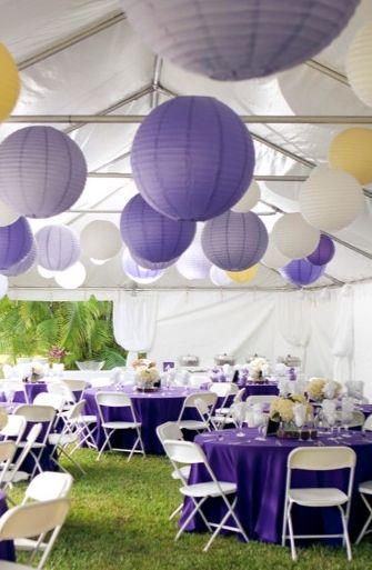 Decoración de bodas con lámparas de papel o globos chinos de color lila y púrpura.