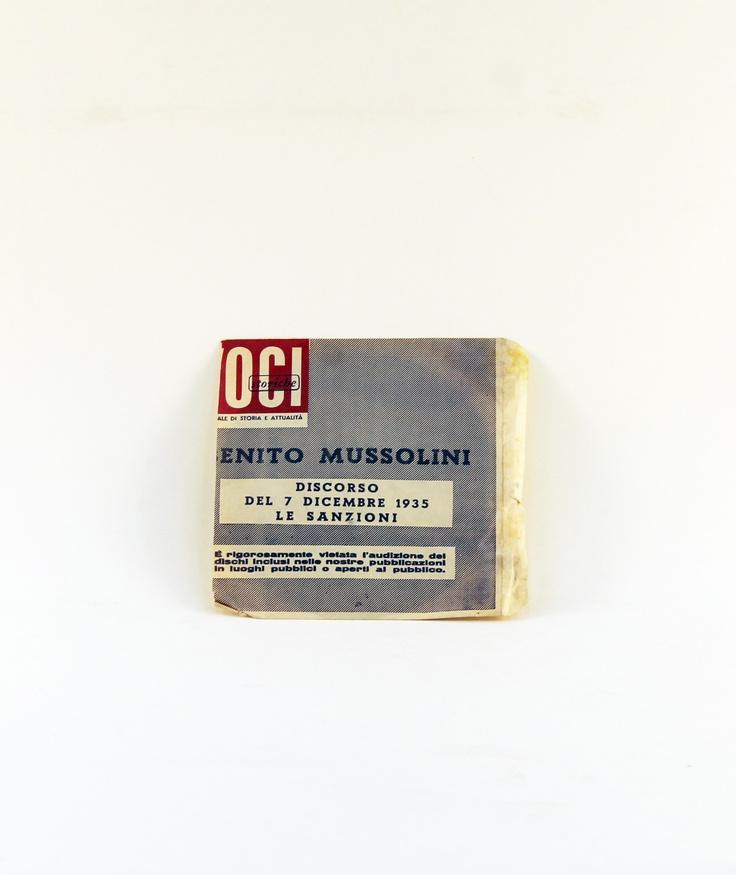 """Disco 33 giri con il discorso del 1 dicembre 1941 – dichiarazione di guerra agli Stati Uniti d'America, di Benito Mussolini. Fa parte della collezione """"VOCI STORICHE"""", quindicinale di storia e attualità. La copertina (bustina in carta) è stata tagliata. Il disco è in buone condizioni."""